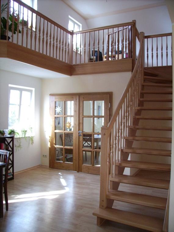 holztreppen galerie viertelgewendelte treppe spindeltreppe podesttreppe treppengel nder. Black Bedroom Furniture Sets. Home Design Ideas
